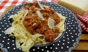 Tagliatelles, sauce aux viandes, courgette et fromage