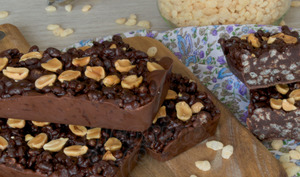 Les barres au riz soufflé chocolatées et au beurre de cacahuète