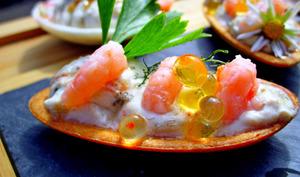 Mini canapés forme barquette garnis de crème maquereaux, crevettes, perles de citron