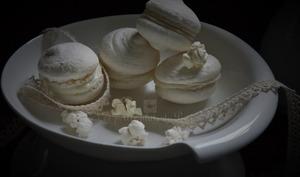 Macarons au pop corn, en monochromie de blanc