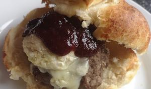 Hamburger au chutney de fraise et tomates et fromage de chèvre