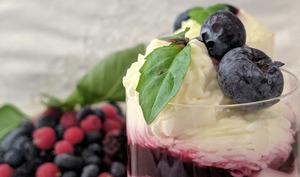 Crème au mascarpone et à la Compotée de fruits rouges.