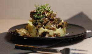 Écrasée de pommes de terre aux gésiers confits et champignons du moment