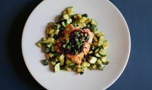 Dos de saumon. Sauce soja. Poêlée de courgettes.
