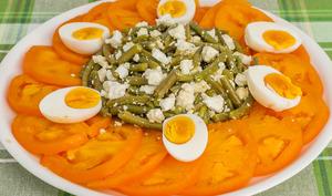 Salade estivale aux tomates, haricots verts, fêta et oeufs
