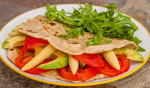 Tortilla de blé aux tomates, avocats et maïs