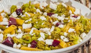 Salade de pâtes de maïs, brocolis et betteraves