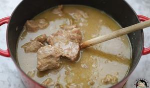 Cocotte de sauté de veau aux oignons