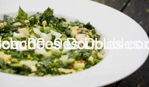 Chou kale chorizo et oeufs durs sur écrasé de pommes de terre