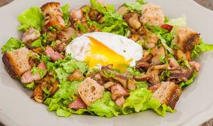 Salade automnale aux cèpes et oeufs pochés