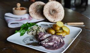 Blancs de poulet au vin rouge, duxelles de coulemelles et pommes de terre Pompadour