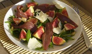 Salade de roquette aux figues et magret de canard