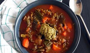 Soupe de chou vert tomatée et pesto