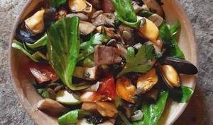 Salade de mâche, moules et champignons, persil frit