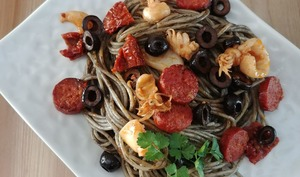 Spaghettis aux supions, chorizo, encre de seiche et anis