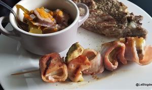 Côtelettes de porc grillés avec brochettes de banane et bacon