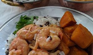 Curry rouge de Gambas, patates douces sautées et son riz blanc et noir.