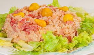 Salade de riz aux crevettes et tomates