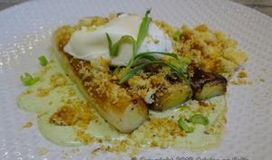 Oeuf poché sur poireaux rôtis, crumble au Parmesan et crème d'estragon