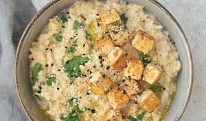 Porridge salé au miso, kale et tofu aux graines