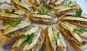 Crostinis au pesto aux olives et anchois marinés