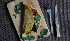 Omelette à la farine de pois chiches, ajvar, tomates séchées et roquette