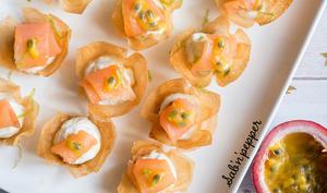 Corolles de saumon fumé, crème de citron vert et fruit de la passion