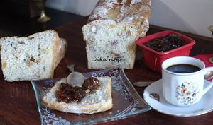Pain aux noix, amandes, raisins secs et miel