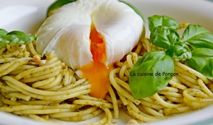 Spaghetti au pesto et oeuf poché