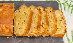 Cake salée au roquefort, lardons et poire