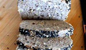 Pain à la vapeur douce aux graines de sésame noir et noix de cajou
