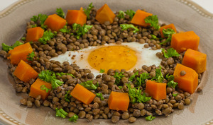Lentilles aux patates douces et aux œufs sur le plat