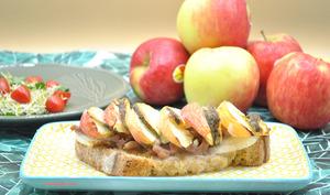 Tartines pommes, lardons et fromage