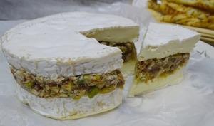 Camembert farci aux dattes, noix de Pecan, pistaches et piment d'Espelette