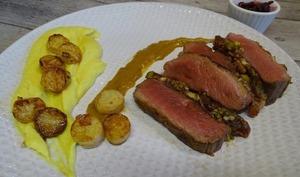 Rôti de magrets de canard aux fruits secs et dattes, purée de céleri au curcuma, sauce miel moutarde