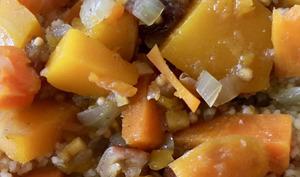 Semoule avec patates douces, courge butternut et fruits secs