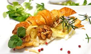 Croissant fourré aux 3 fromages, aux noix et miel