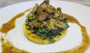 Galettes de polenta aux blettes et aux champignons, sauce au Pineau rouge
