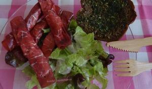 Salade aux roulades de bresaola à la ricotta, et pain au beurre aillé