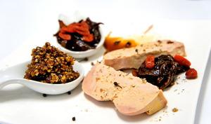 Foie gras d'oie compotine de fruits secs et confit d'oignons
