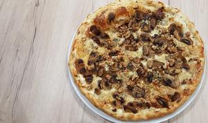 Tarte fine aux champignons, gorgonzola, noix