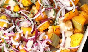 Salade tiède de courge aux pois chiches et sauce tahiné