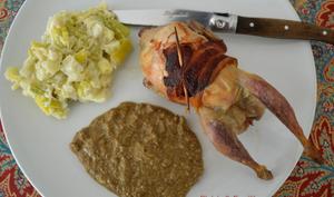 Caille rôtie sauce noire et porée blanche