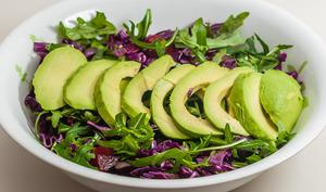 Salade de betterave au chou rouge et à l'avocat