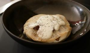 Raviole de céleri rave. Sauce béchamel aux champignons.