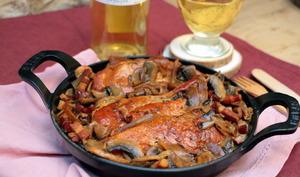 Poulet aux champignons, lardons, échalotes et miel