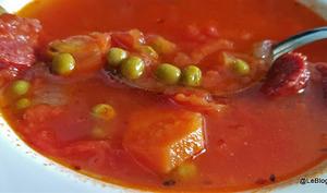 Soupe à la tomate et aux saucisses fumées, petits pois et carottes