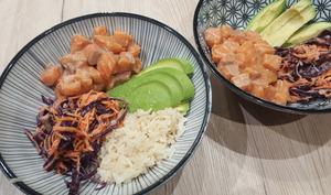 Poke bowl au saumon, coleslaw, riz et avocat