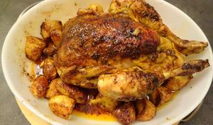 Poulet rôti épicé à l'indienne et pommes de terre au cumin