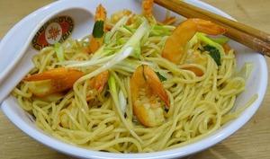 Bouillon de légumes aux nouilles chinoises et aux crevettes
